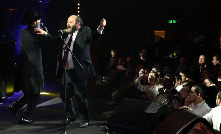 קובי אריאלי ואברהם פריד בריקוד ספונטני על הבמה