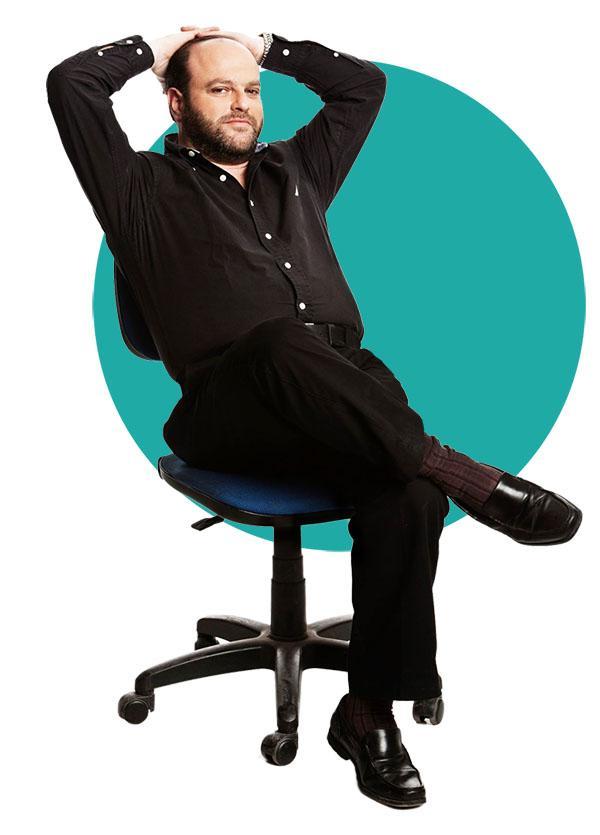 קובי אריאלי יושב על הכסא